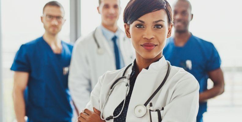 confident-nurse-with-colleagues